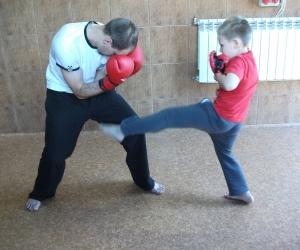 Wszechstronny mieszany trening dzieci z osobami dorosłymi.